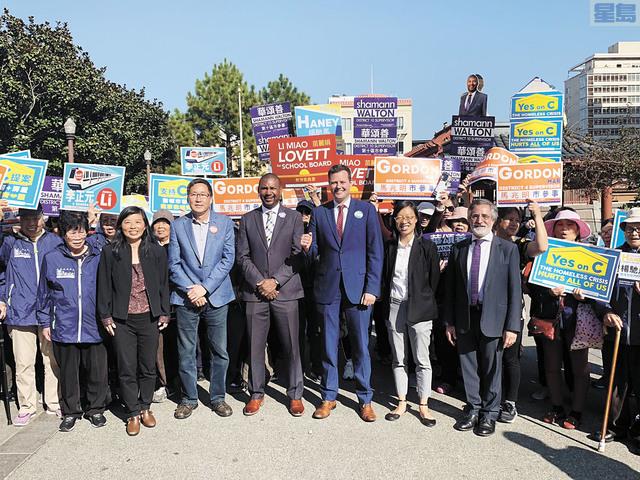 一眾三藩市華裔居民和市參事佩斯金(前排右一)為11月選舉中的5名候選人(前排右二起)李正元、楊馳馬、華頌善、馬兆明、苗麗娟爭取支持票。記者羅雅元攝