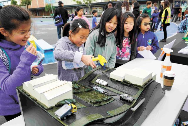 史提芬遜小學的學生在學習雨水處理和排水系統。水利局提供