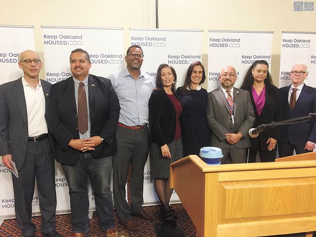 l 市長薛麗比(左四)與來自三家非牟利機構的合作夥伴代表共同宣佈「保持屋崙居民有房住」計劃。記者馬欣攝