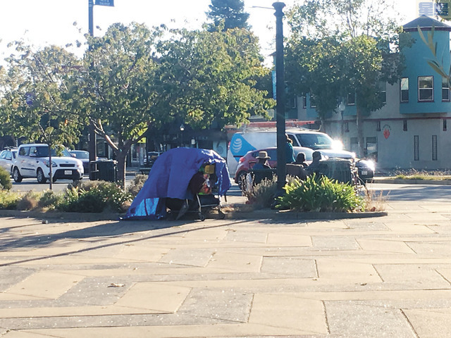 屋崙街頭的無家者帳篷。 記者馬欣攝