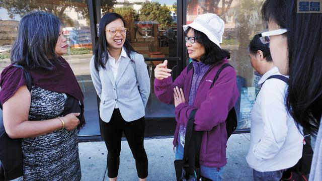 市參事李麗嫦(左一)聯同捷運董事候選人李正元(左二)到列治文區公車站,聆聽乘客對公共交通的意見和建議。記者黃偉江攝