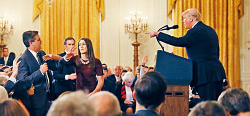 特朗普在白宮舉行記者會回應選舉結果。他被CNN記者亞克斯塔(左一)追問移民和通俄門調查的時候,指責對方粗魯無禮,又批評CNN報道假新聞。    路透社