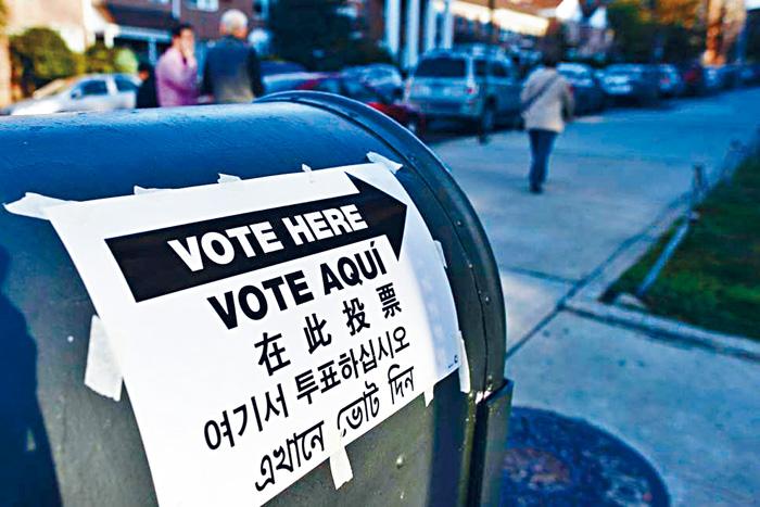 ■中期選舉當天,紐約街頭指引選民前往票站投票的多語種單張。  法新社