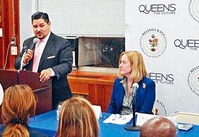 紐約市教育總監卡蘭扎在皇后區公所舉行的教育里民大會上強調,特殊高中多元化入學的政策比現有試制度更公平。