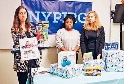 公益研究集團代表展示未問題玩具。