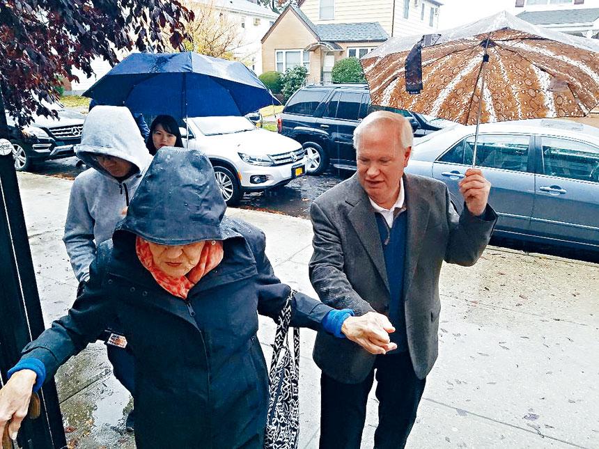 現任州參議員艾維拉,冒著滂沱大雨到達184小學投票站投票。