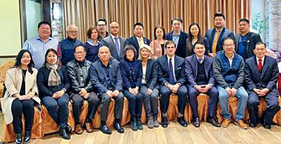 郭納德(右四)向華人社區謝票。