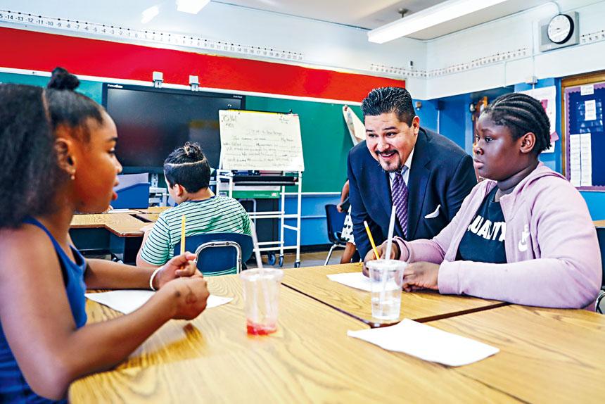 教育局2017學年的出差開支高達2000萬元,圖左為市教育總監卡蘭薩。 Marian Carrasquero/紐約時報