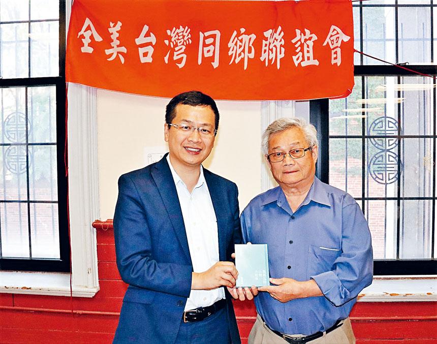 今年7月份,羅智強(左)向中華公所主席陳家驊贈書。李強攝