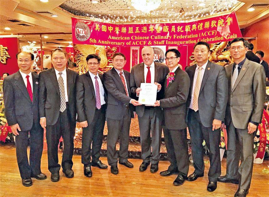 費連議員(右四)給李日騰(右三)頒發嘉獎狀。 李強攝
