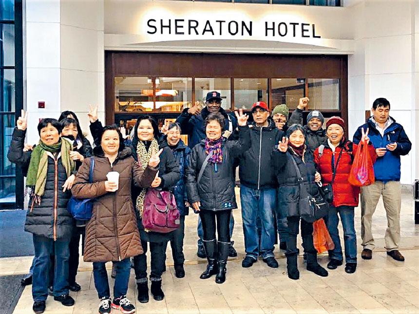 酒店員工在喜來登酒店門口合影。