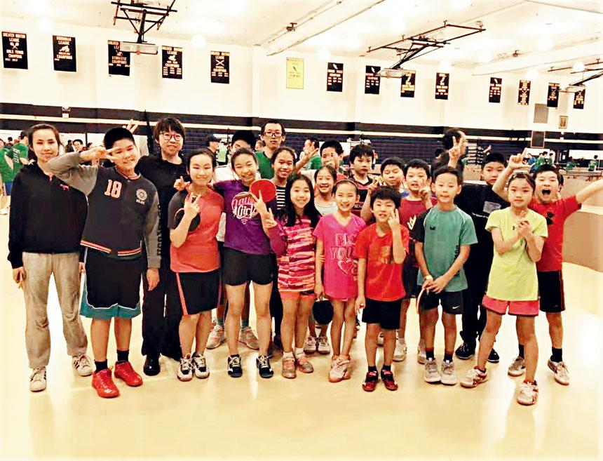 麻州乒羽俱樂部的學生們在比賽現場合影。李強攝