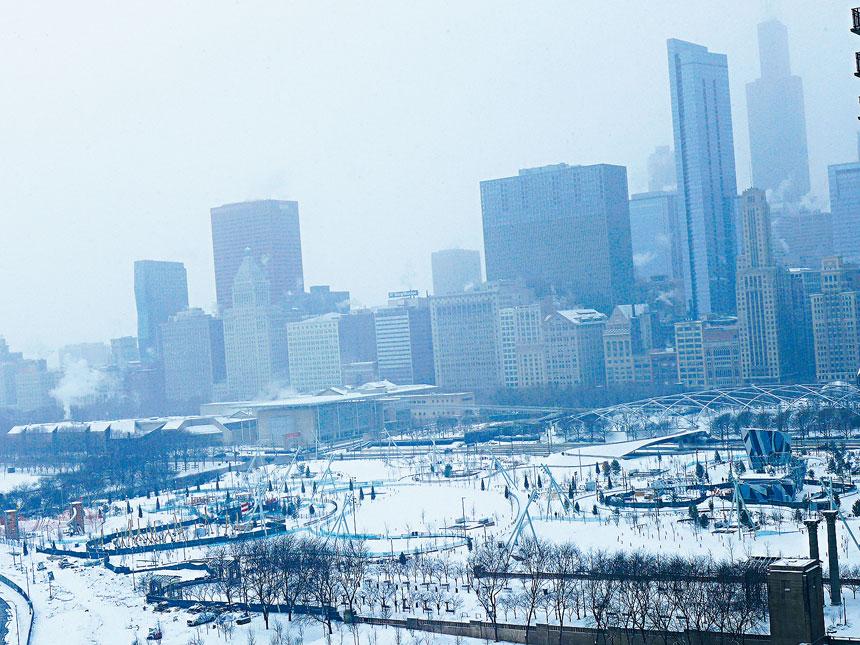 美姬紀念公園籠罩在風雪紛飛中,反而顯得異常的寧靜與安謐,猶如一幅山水畫的意境。梁敏育攝