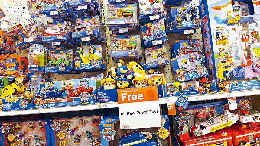 商場上的玩具多姿多彩,但消費者必須提高警覺性,一定要注意玩具的安全性。 梁敏育攝