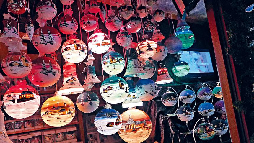 位於戴利廣場的德國聖誕市場,帶有濃濃的歐洲風味,銷售多姿多彩的聖誕飾物,每一年總能吸引成千上萬的民眾前去選購心愛的聖誕禮物。梁敏育攝