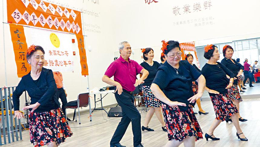 松年中心的健身排舞,團員們都活力十足,舞姿輕盈動人。梁敏育攝