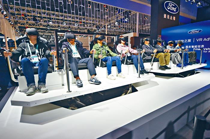 美國福特汽車展示其VR技術,讓參觀者體驗智能出行。 新華社