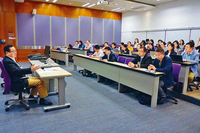 Mainland Judges held a party branch meeting at City University of Hong Kong, and party secretary from the National Secretary of the Secretary Huang Wenjun. Online images