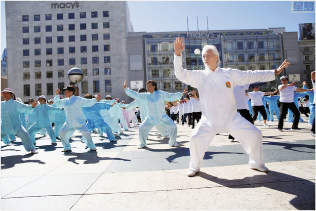 l 去年9月「健身氣功三藩市論壇」在三藩市聯合廣場舉行大型交流展示大會,武漢體育學院石愛橋教授與少林文化中心執行主任師父帶領 500人演練健身氣功。(少林文化中心提供)