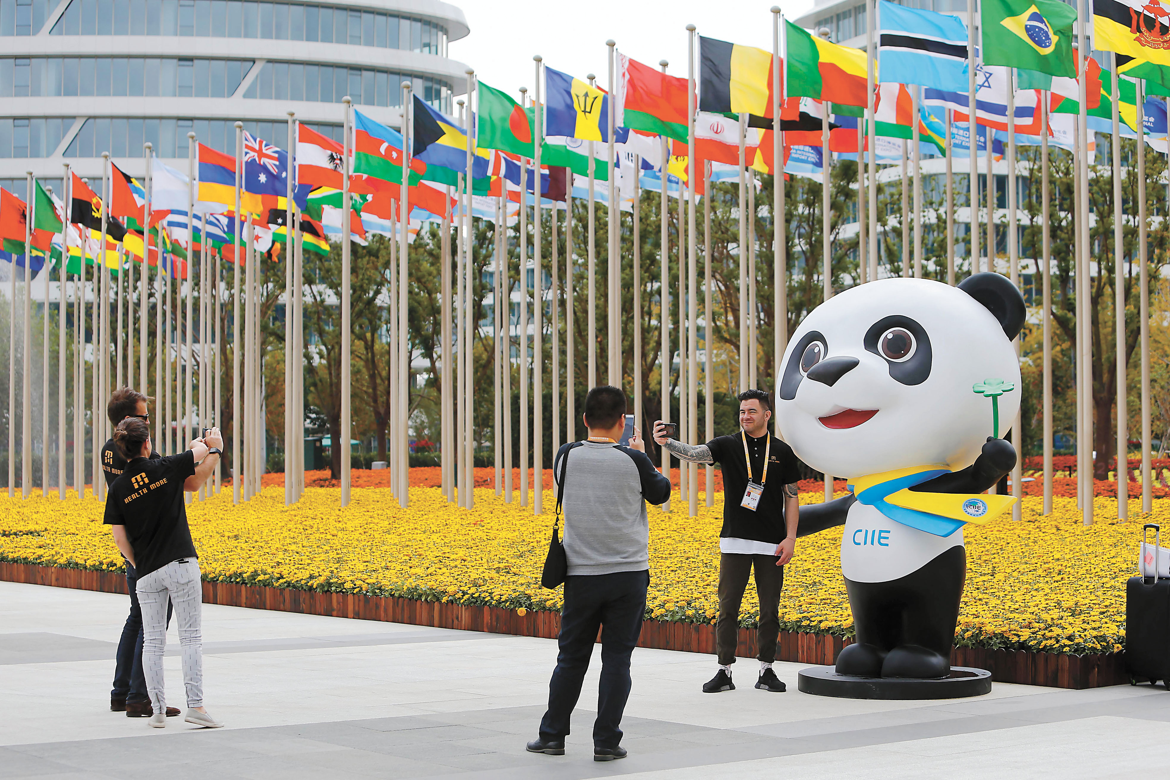 The first China International Import Expo opened on the 5th at the National Convention and Exhibition Center in Shanghai. The photo shows the exhibitors taking pictures with the mascot of the China International Import Expo. China News Service