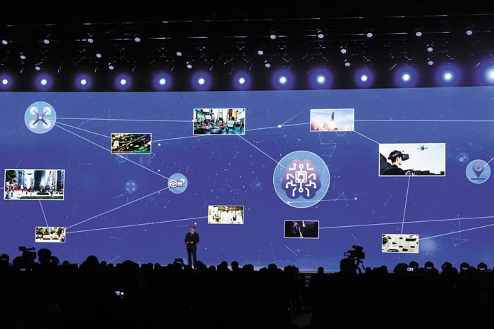 美國高通公司代表在介紹5G新技術。新華社
