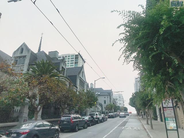昨日下午時分,原本應該艷陽高照的三藩市市中心上空黃煙籠罩,令人呼吸不暢。記者徐明月攝