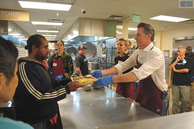 l 當選州長的紐森與妻子共同到慈善食堂送餐。記者徐明月攝