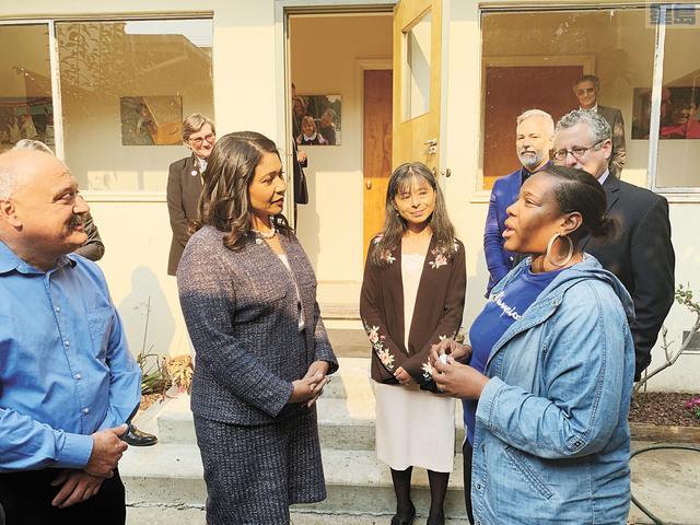 布里德(左二)與天主教慈善聯盟客戶English(右)談話,了解English獲得的服務與幫助。記者羅雅元攝