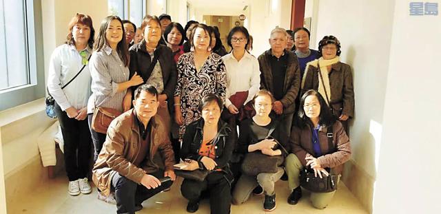 吳女士(站立第一排白衣者)被租客索償1,440萬元一案再次庭審,眾多華裔支持者親身上庭給予精神鼓勵。 三藩市社區資源中心行政主任杜麗莎提供