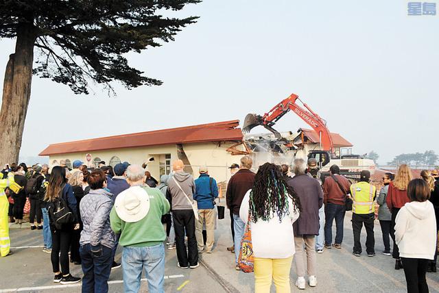 眾多民眾前來觀看拆除全過程。記者徐明月攝