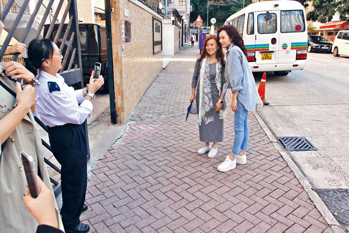 ■拍攝現場有不少街坊要求合照,Ali均來者不拒。