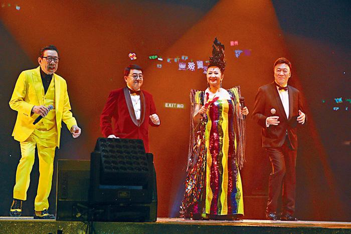 ■胡楓(左一)、黎小田(左二)和陳欣健(右一)上演追求家燕姐一幕。