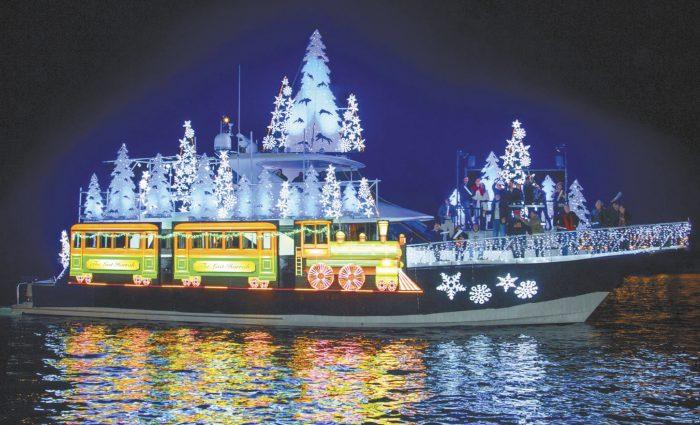 新港灘聖誕花船遊行曾被選為美國10大耶誕慶祝活動之一,免費觀賞。官網截圖