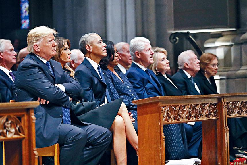 在國家大教堂舉行的前總統老布殊國葬上,特朗普總統的坐姿與其他幾個前總統完全不同。美聯社