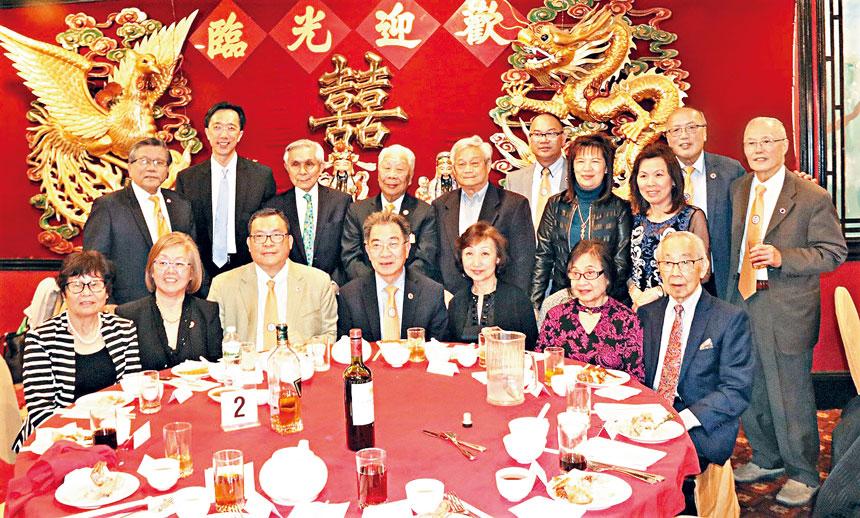 徐佑典(後排左二)、著名僑領陳毓禮(後排左三)、中華公所主席陳家驊(後排左五)、會長伍輝民(後排右一)同(前排左二起)陳仕維伉儷、鄧遐勳伉儷等嘉賓在5月份的慶祝晚宴中合影。 李強攝