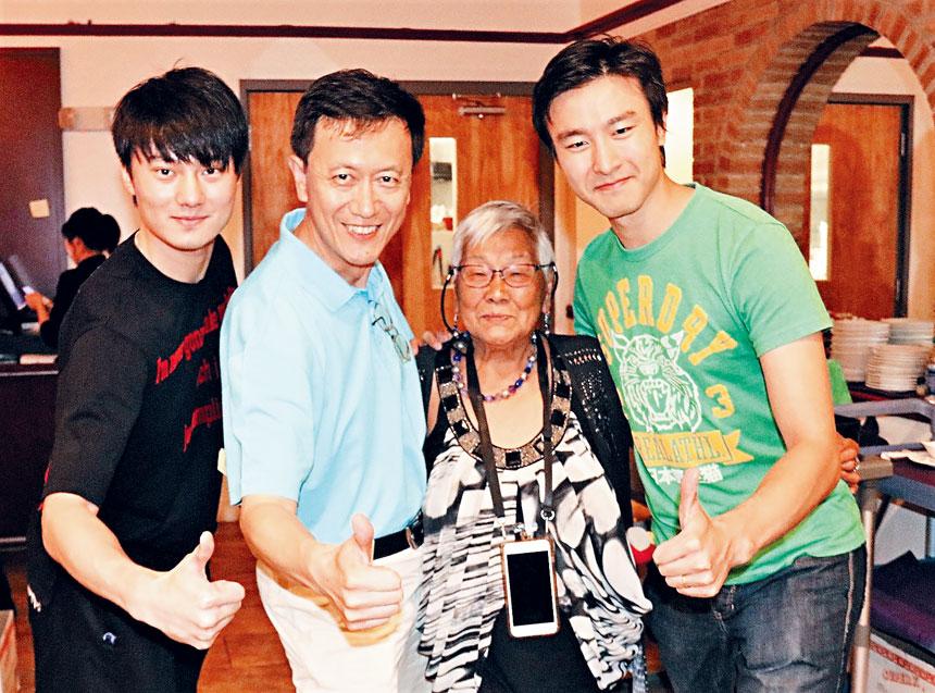 (左起)趙俊雄同李照原、趙鍾英等華人粉絲合影。 李強攝