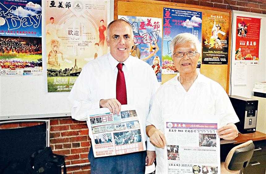 甄雲龍(右)向費連贈送《星島日報》、《亞美報》。李強攝