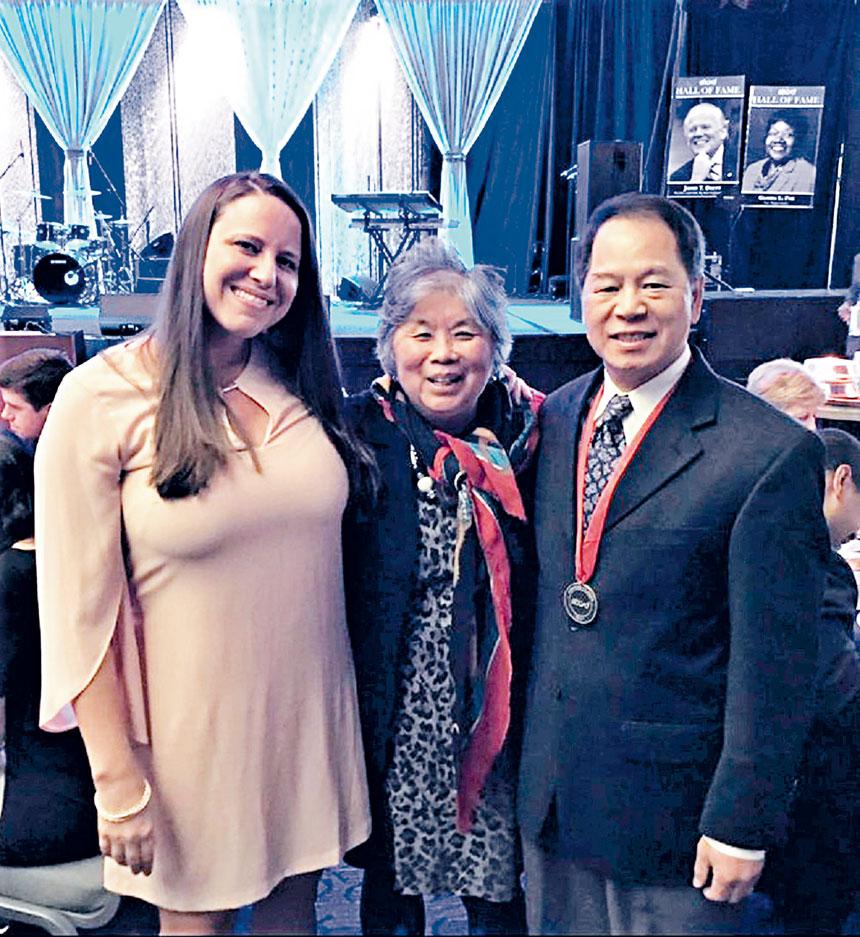 伍振中、陳美霞等在「社區英雄」頒獎儀式中合影。檔案圖片