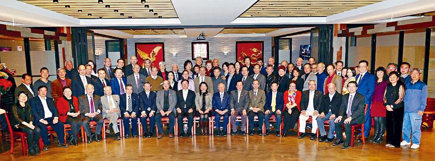 黃鈞耀處長、中華會館黃于紋主席(前排左9,10)與南華埠傳統僑社代表合影。