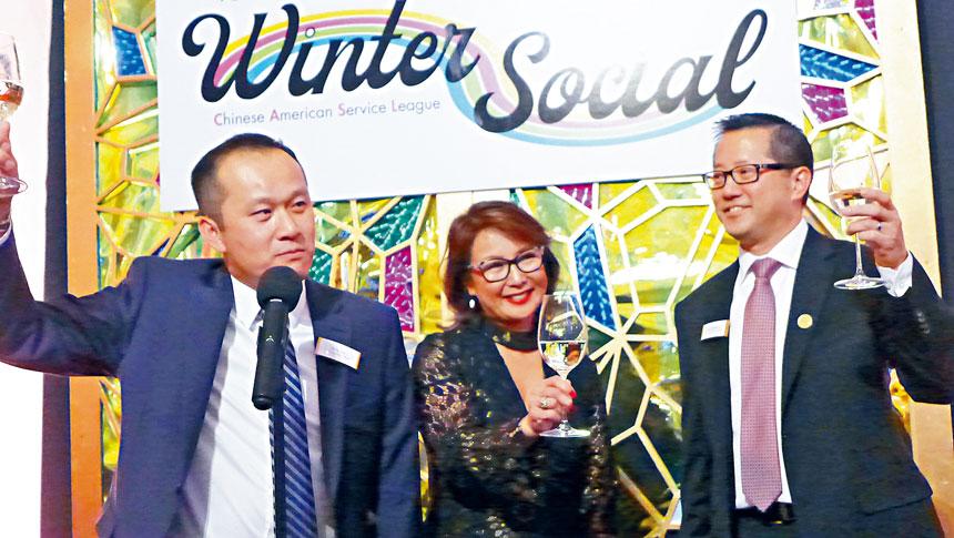華諮處總裁劉國華(左),主持人羅美玲(中),董事局主席麥延凱(右)一同舉杯表達了感激之心,並預祝大家佳節快樂。梁敏育攝