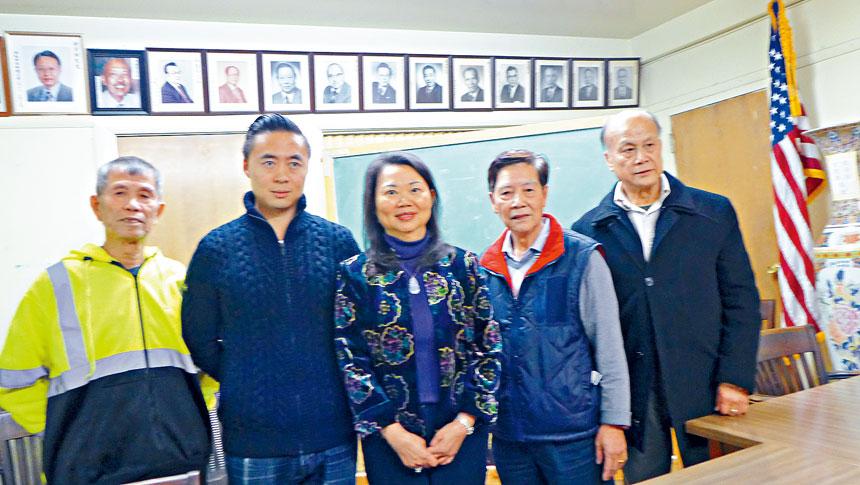 中華會館於2日舉行新年度職員選舉。黃于紋(中)高票再度連任主席。圖右起: 李本安,伍換光,黃于紋,陳敬行,朱樹森。