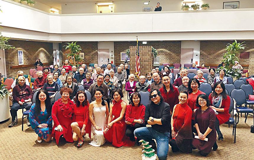 芝加哥婦女商會成員敬老尊賢,在聖誕佳節降臨之際,到老人院慰問並送上精緻食物,獻上悠揚的歌聲與老人家過節。主辦方提供