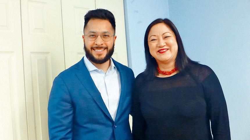 杜明傑(左)參選25區區長,得到伊州第二區眾議員馬靜儀(右)的大力支持。梁敏育攝