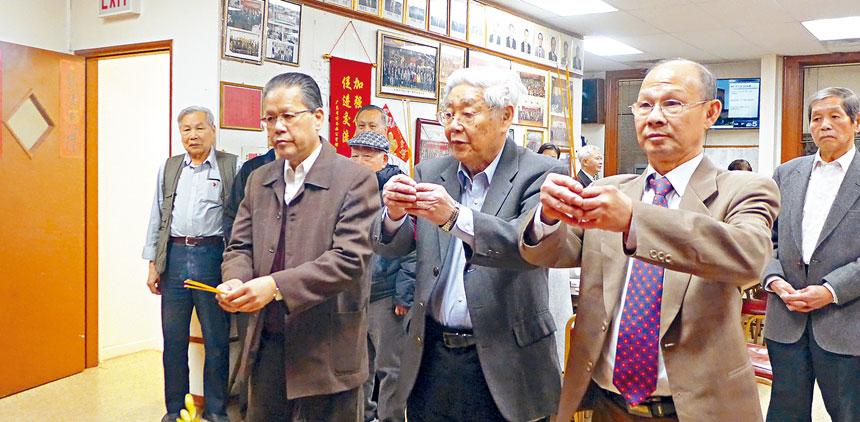 元老黃景雄(中)帶領新主席史衛明(左)、蔡錫鋒(右)向關帝神像虔誠的上香。梁敏育攝