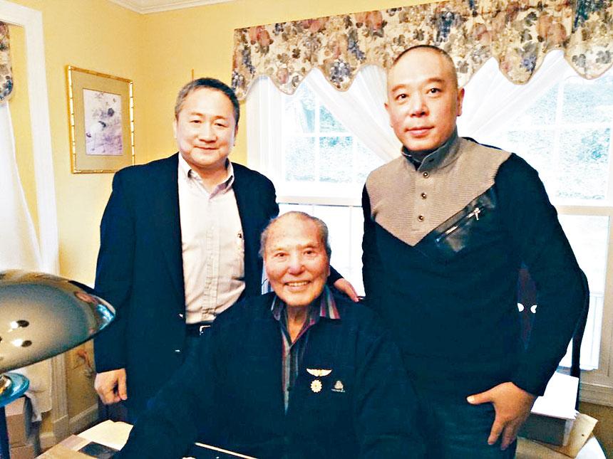 鄭文彬會長(左)、王超前秘書長(右)與陳鴻銓將軍在一起。