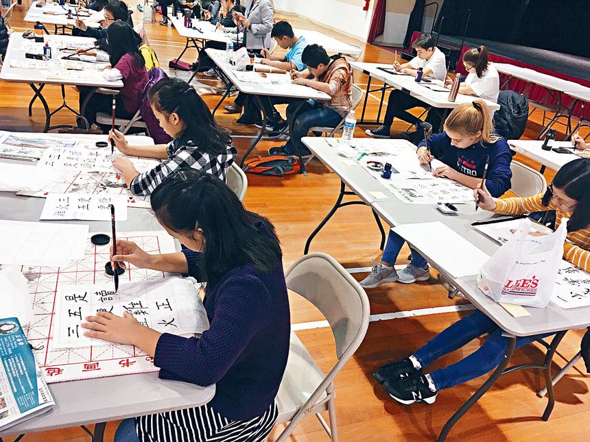 參賽學生專注揮毫,寫出最優美的書法字體。
