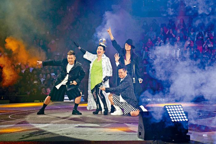■草蜢與家燕姐合唱《忘情森巴舞》。