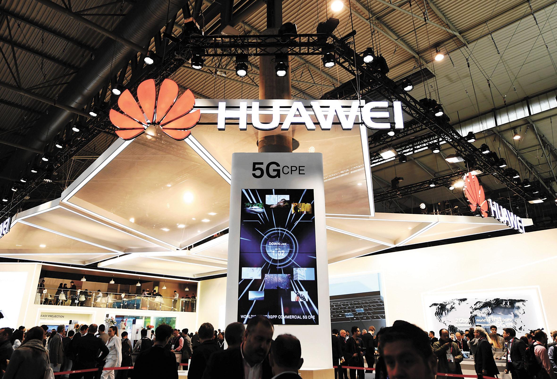 在西班牙巴塞羅那移動通信大會上,華為展台用電子屏展示5G技術。資料圖片