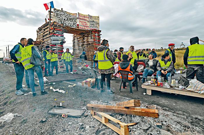 法國南部弗龍蒂尼昂鎮,有「黃背心」示威者堵塞通往油庫的道路。法新社
