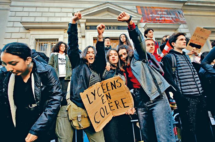 馬賽市大批反教改的學生在校門前示威。路透社